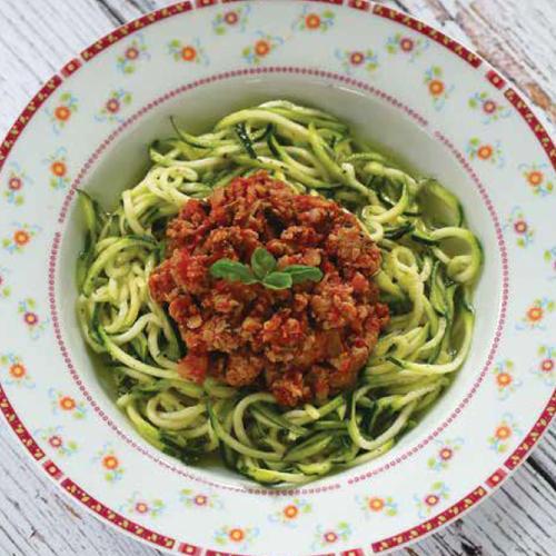 cukkinispagetti zöldfűszeres raguval