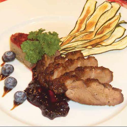 roston sült kacsamell vörösboros áfonyamártással, cukkinichips-szel és céklapudinggal