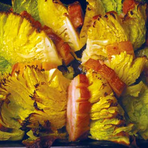 sült kelkáposzta húsos szalonnával és kolbásszal